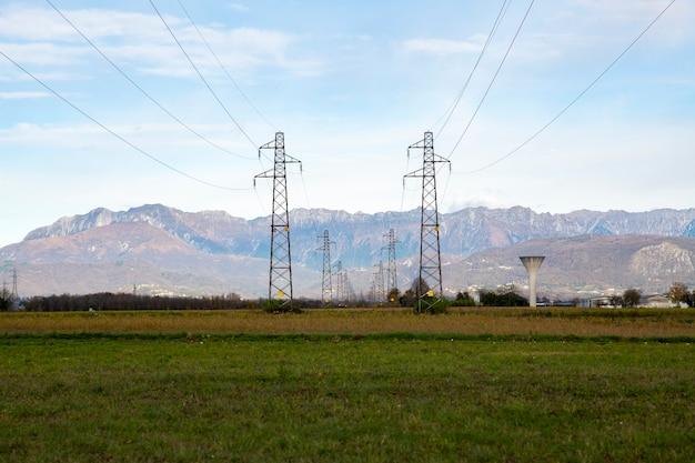 Słupy linii energetycznych w terenie