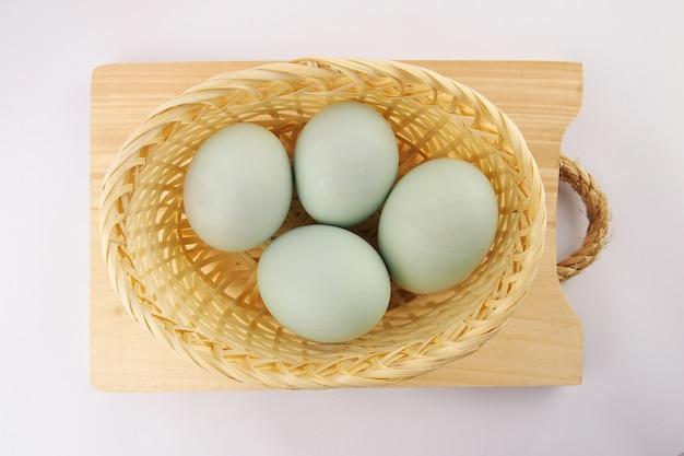 Służąc świeże jaja kaczki na białej powierzchni