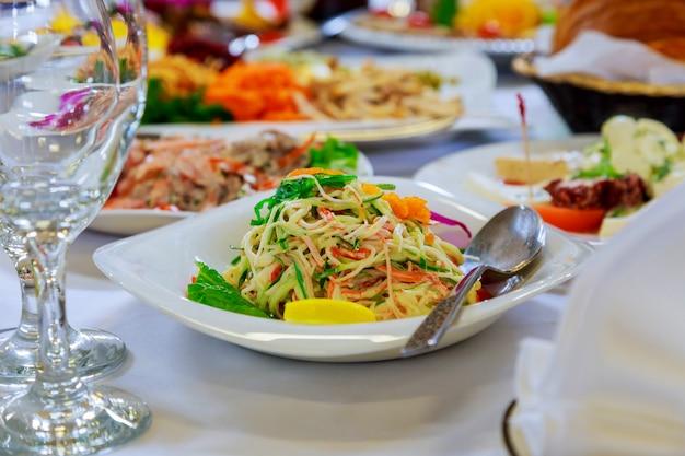Służy do stołu bankietowego. kieliszki do wina z serwetkami, szklankami i sałatkami.