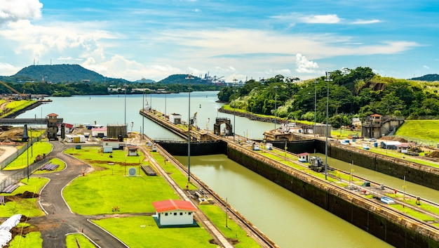Śluzy miraflores na kanale panamskim w panamie, ameryka środkowa