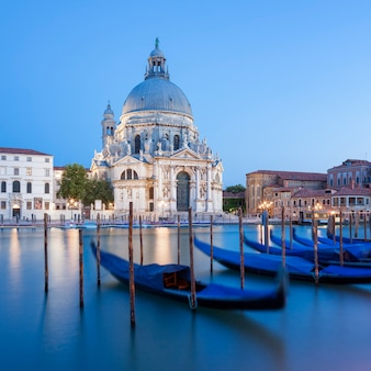 Słynna bazylika santa maria della salute i gondola.