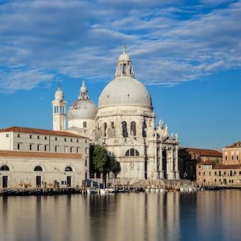 Słynna bazylika santa maria della salute w wenecji.