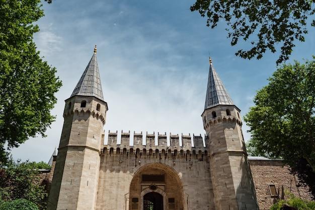 Słynna brama pałacu topkapi przy słonecznej pogodzie