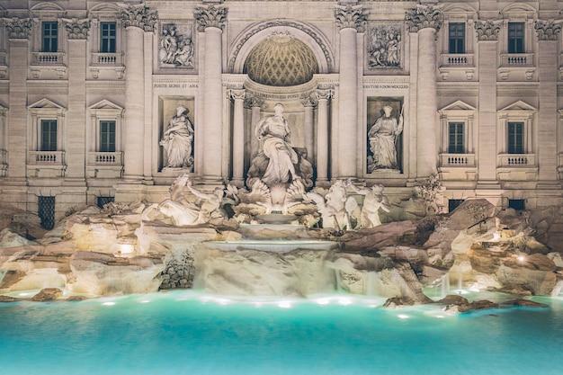 Słynna fontanna di trevi w rzymie, włochy
