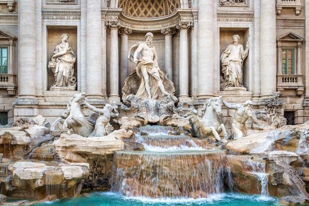 Słynna fontanna di trevi w rzymie, wykonana w stylu barokowym.