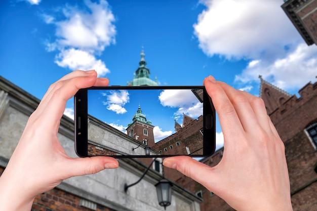 Słynna katedra na wawelu kraków, polska. turysta robi zdjęcie