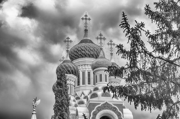 Słynna katedra prawosławna św. mikołaja, jeden z głównych punktów orientacyjnych w nicei na lazurowym wybrzeżu we francji