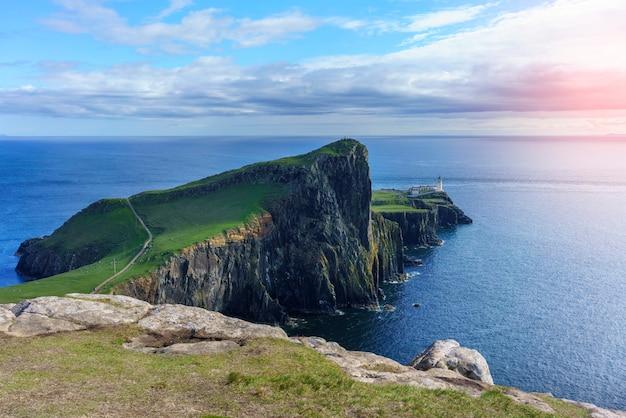 Słynna latarnia morska neist point znajduje się na zachodnim wybrzeżu skye w obszarze znanym jako durinish na wyspie skye w szkocji