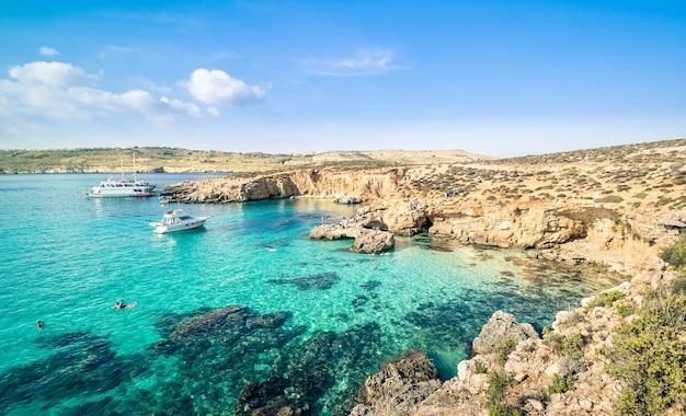 Słynna na całym świecie błękitna laguna na wyspie comino