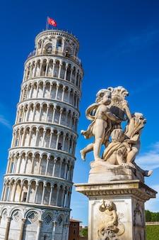 Słynna na całym świecie krzywa wieża na piazza dei miracoli w pizie, jedno z wpisanych na listę światowego dziedzictwa unesco