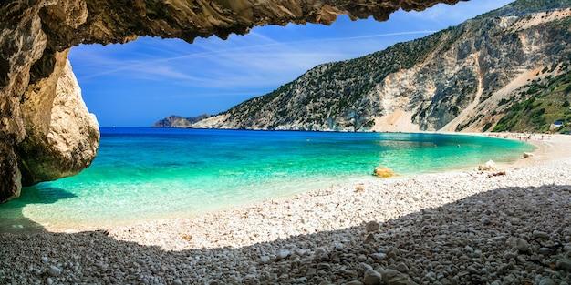 Słynna plaża myrtos na wyspie cefalonia, widok z jaskini. grecja