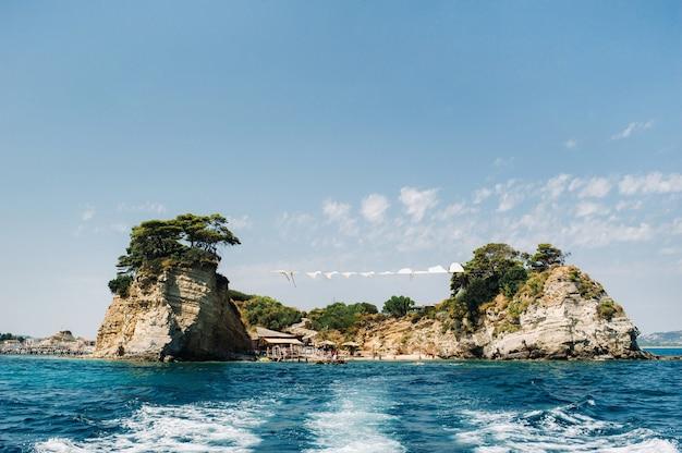 Słynna plaża w zatoce wyspy cameo w pobliżu zakynthos