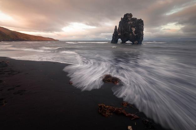 Słynna skała rhino o nazwie hvitserkur obok osar na północy islandii.