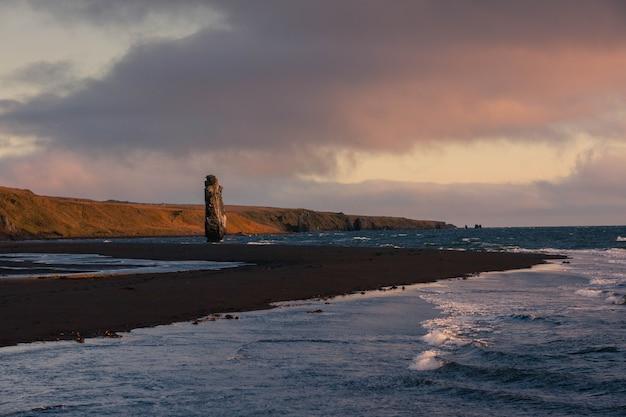 Słynna skała rhino rock o nazwie hvitserkur obok osar na północy islandii.