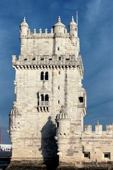 Słynna wieża belem wieczorem. lizbona, portugalia.