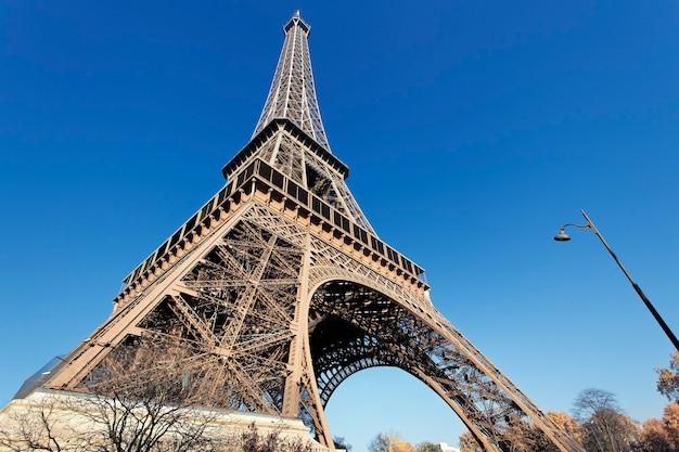 Słynna wieża eiffla z błękitnym niebem w paryżu