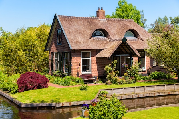 Słynna wioska giethoorn w holandii z tradycyjnymi holenderskimi domami