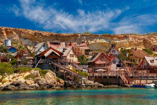 Słynna wioska popeye w anchor bay, malta