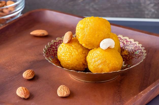 Słynne autentyczne indyjskie słodycze laddu wykonane z mąki besan lub ciecierzycy. wegetariańska i zdrowa żywność. selektywne skupienie.