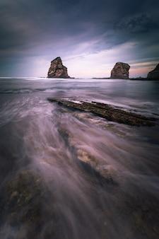 Słynne bliźniacze skały na wybrzeżu hendaia w kraju basków.