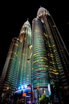 Słynne bliźniacze wieże petronas w kuala lumpur nocą