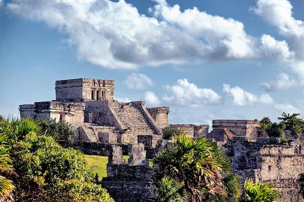 Słynne historyczne ruiny tulum w meksyku latem