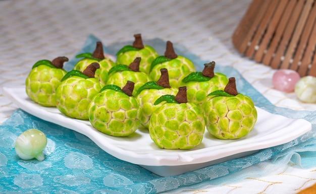 Słynne indyjskie słodkie jedzenie sitafal lub custard apple