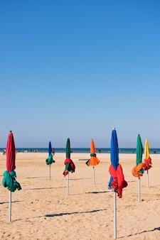 Słynne kolorowe parasole na plaży deauville, normandia, północna francja