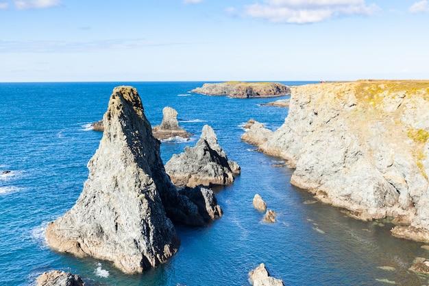 Słynne miejsca na wyspie belle ile en mer, needles of port-coton i klify