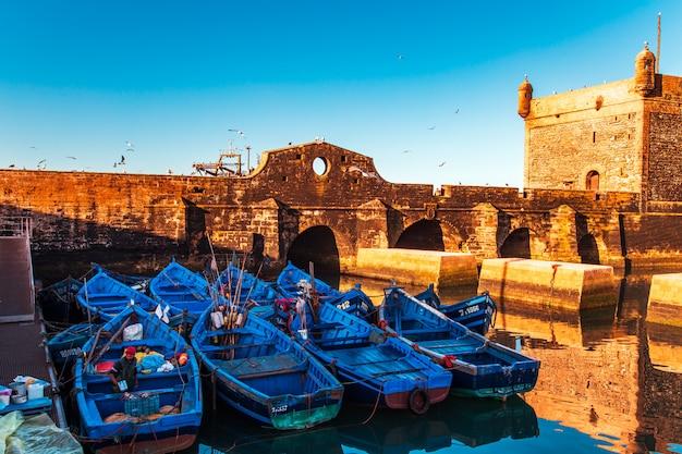 Słynne niebieskie łodzie w porcie essaouira.