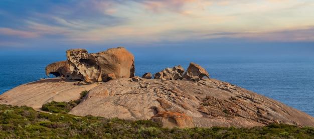 Słynne niezwykłe skały o zachodzie słońca. flinders chase national park, kangaroo island, australia południowa.