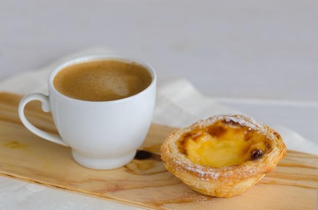 Słynne pasteis de belem, portugalskie ciasta z tartą jajeczną i kawą w kawiarni w lizbonie w portugalii.