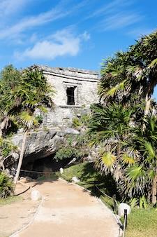 Słynne ruiny archeologiczne tulum w meksyku wiosną
