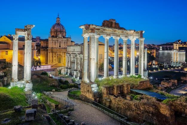 Słynne ruiny forum romanum na wzgórzu capitolium w rzymie, włochy