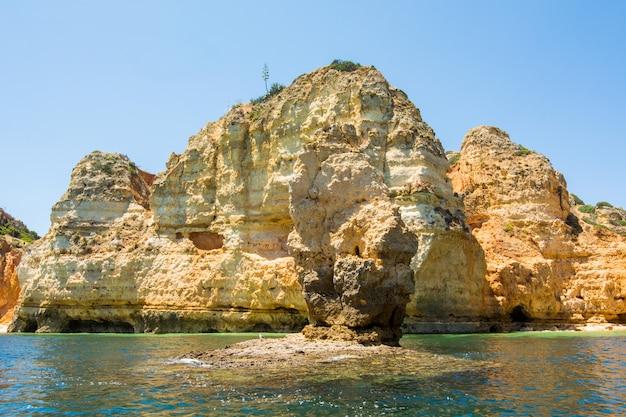 Słynne skały w morzu, oceanie, lagos w portugalii. popularny cel letnich podróży i słynna plaża na wybrzeżu algarve