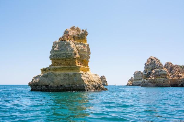 Słynne skały w morzu, oceanie, lagos w portugalii.