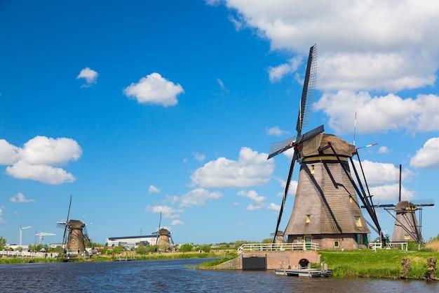 Słynne wiatraki w wiosce kinderdijk w holandii. kolorowej wiosny wiejski krajobraz w holandiach, europa.