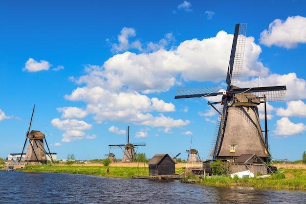 Słynne wiatraki w wiosce kinderdijk w holandii.