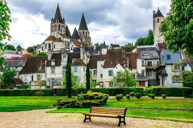Słynne zamki doliny loary, rezydencja królewska loches z pięknym parkiem. francja