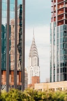 Słynny budynek chryslera wśród charakterystycznych sąsiednich wieżowców