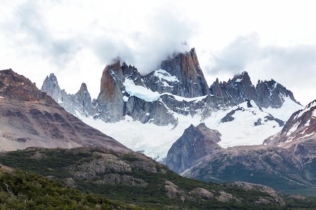 Słynny cerro fitz roy - jeden z najpiękniejszych i najtrudniejszych do zaakcentowania skalistych szczytów patagonii w argentynie