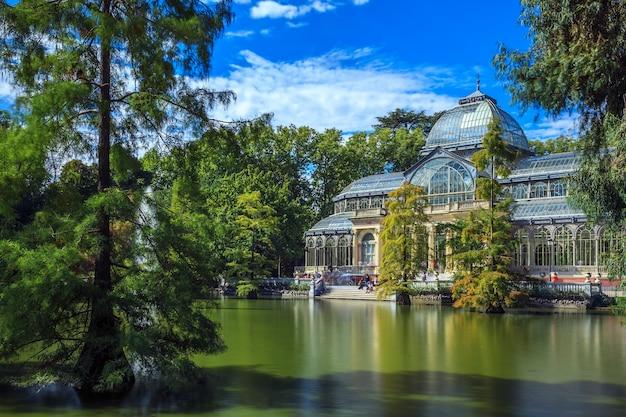 Słynny crystal palace w parku retiro, madryt, hiszpania.