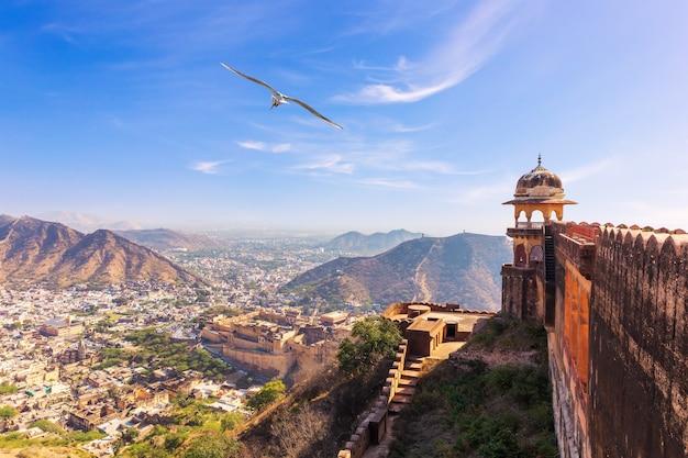 Słynny fort jaigarh i widok z niego, indie, jaipur.