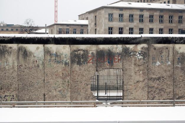 Słynny fragment muru berlińskiego w centralnej części stolicy niemiec