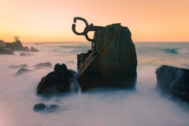 Słynny grzebień wiatru (haize orrazia / peine de los vientos) w donostia-san sebastian, kraj basków.