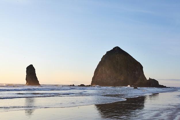 Słynny haystack rock na skalistym wybrzeżu oceanu spokojnego