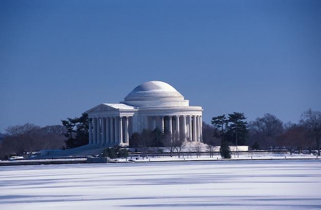 Słynny jefferson memorial building w waszyngtonie, stany zjednoczone zimą