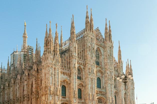 Słynny kościół katedra w mediolanie duomo di milano z gotyckimi iglicami i posągami z białego marmuru.