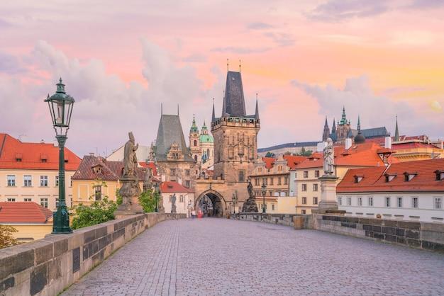 Słynny kultowy obraz mostu karola i panoramy pragi w czechach