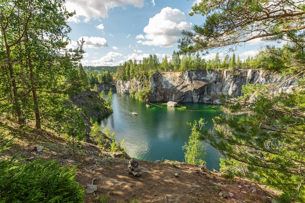 Słynny marmurowy kanion z górami i ciemnozielonym, czystym jeziorem w sezonie turystycznym w ruskeala, karelia.